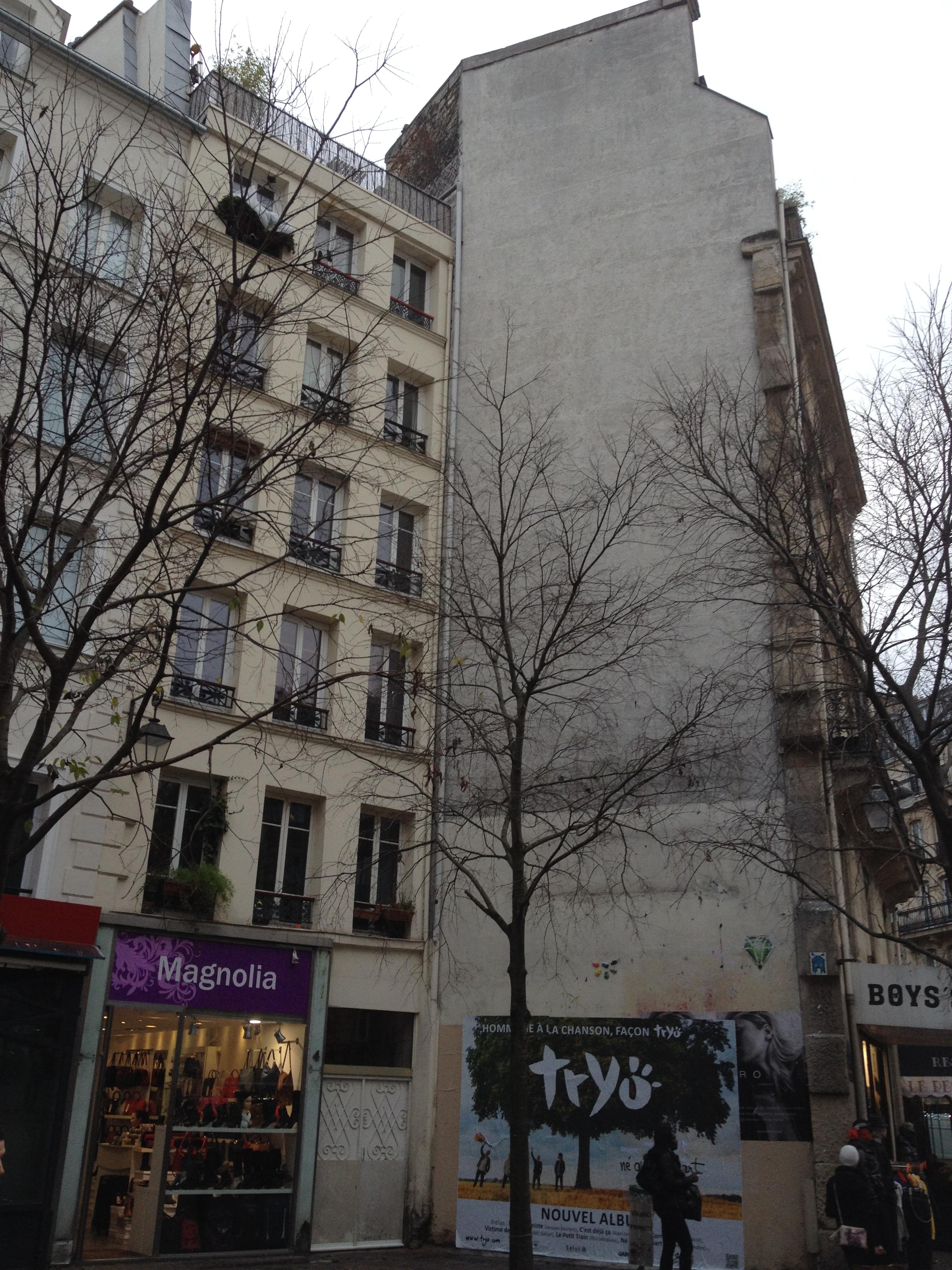 Le mur de la place St Opportune support de nombreux affichages sauvages et graffitis.